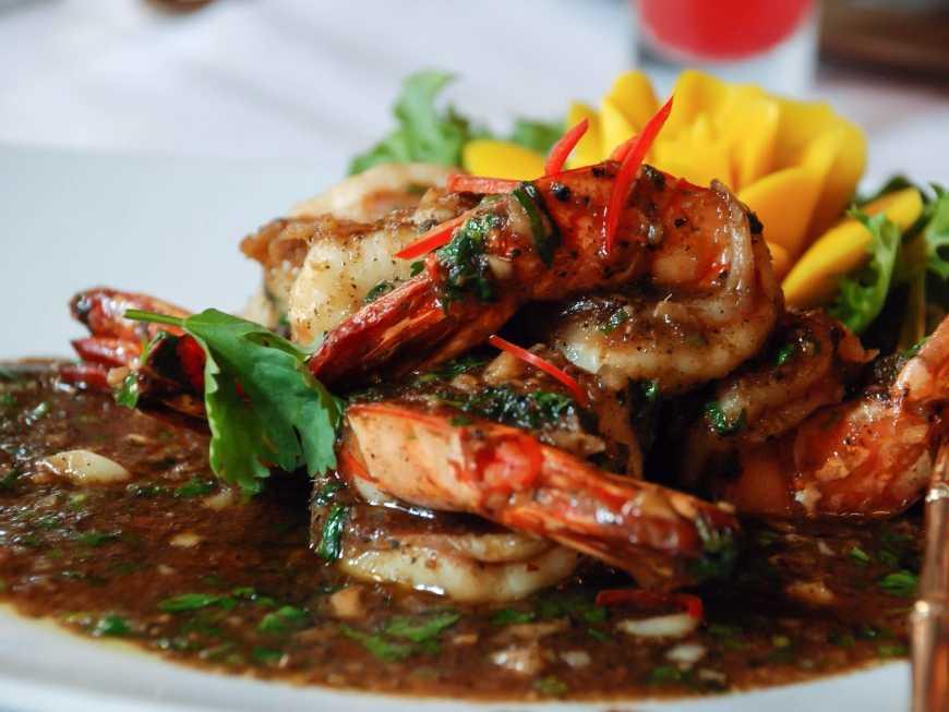 กุ้งราดซอสพริกไทยดำ