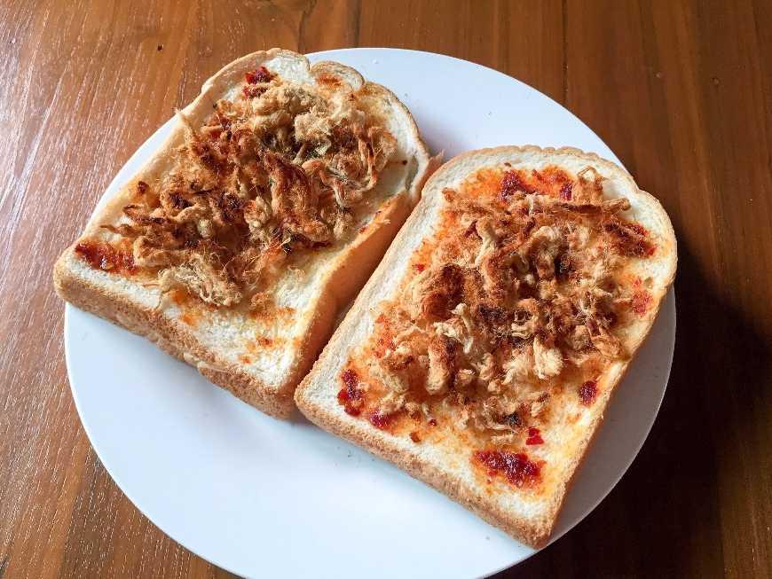 ขนมปังปิ้งน้ำพริกเผาหมูหยอง