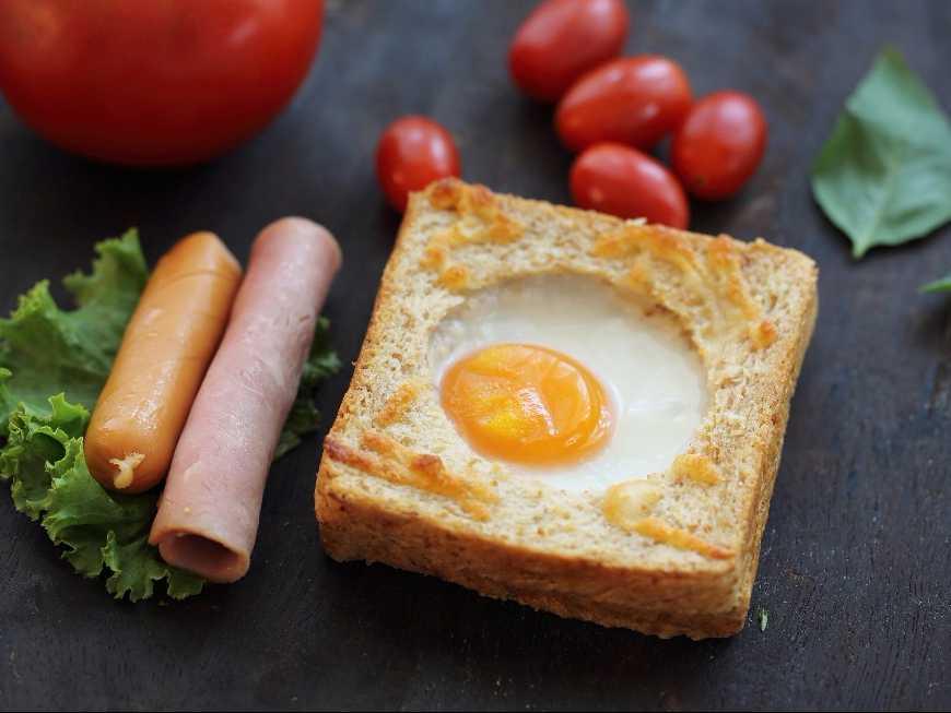 ขนมปังล้อมไข่ดาว