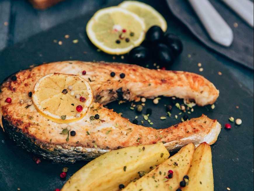 ปลาแซลมอนผัดต้นกระเทียม