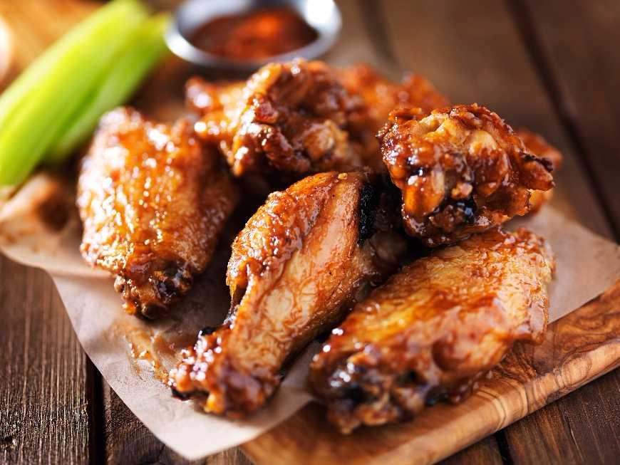 เมนูอาหารวันนี้เป็นเมนูที่ทุกคนส่วนใหญ่ต้องรู้จักกันดีเลยที่เดียวเพราะเมนูนี้เป็นอาหารที่ใครที่ได้ยินก็อยากจะรับประทาน เมนูอาหารนี้คือเมนู 'ไก่ทอดทรงเครื่อง' เป็นเมนูที่ได้ยินชื่อก็ได้กลิ่นไก่ทอดที่มีกลิ่นหอมๆเลยที่เดียว พูดแล้วก็อยากรับประทานกันเลยใช่ไหมค่ะ เรามาดูประโยชน์ของไก่ทอดทรงเครื่องกันเลยดีกว่าน่ะค่ะ เป็นเมนูไก่ทอดทรงเครื่อง ไก่ทอดทรงเครื่องเป็นเมนูอาหารที่เราสามารถพบเจอเป็นเมนูหลักตามร้านอาหารทั่วๆไป แต่ไก่ทอดทรงเครื่องเราสามารถทำรับประทานเองได้โดยวิธีง่ายๆเลยน่ะค่ะ ไก่นั้นมีประโยชน์ต่อร่างกายเราไก่มีสารอาหารแต่เราควรรับประทานแค่พอสมควร ไม่ควรรับประทานมากจนเกินไปน่ะค่ะ แต่เมนูไก่ทอดทรงเครื่องก็เป็นอาหารอย่างนึงที่ใครๆก็อดใจไม่ไหว เป็นเมนูอาหารที่น่ารับประทานและมีกลิ่นหอมมากเลยค่ะ